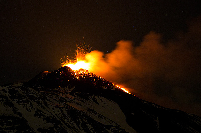 Strombolian explosions at the New SE crater on the evening of 29 Dec (Photo: Emaunela / VolcanoDiscovery Italia)Tremor amplitude (