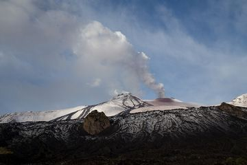Pulsating degassing at the North-East crater view from Bove Valley (Photo: Emaunela / VolcanoDiscovery Italia)