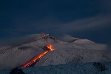 The lava flow at dawn (Photo: Emanuela / VolcanoDiscovery Italia)