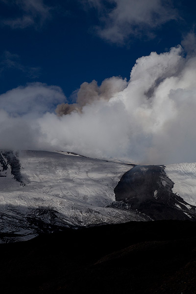 Ash emission from the New SE crater (Photo: Emanuela / VolcanoDiscovery Italia)