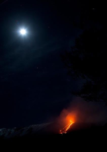 The lava flow last night (Photo: Emanuela / VolcanoDiscovery Italia)