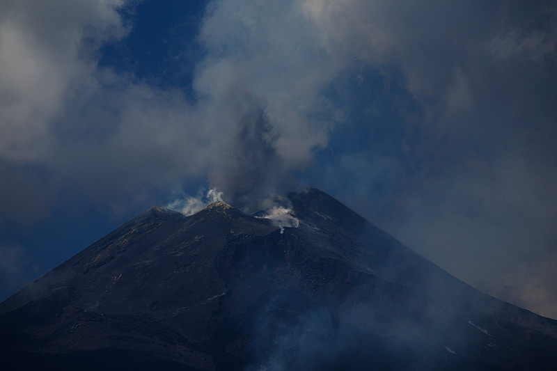 The collapse scar formed on  February 11th (Photo: Emanuela / VolcanoDiscovery Italia)