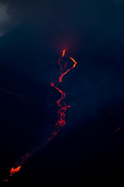 The lava flows from the effusive vent within the collapse scar (Photo: Emanuela / VolcanoDiscovery Italia)