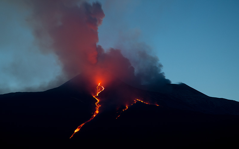 View of the lava flow on the evening of 22 March (Photo: Emanuela / VolcanoDiscovery Italia)