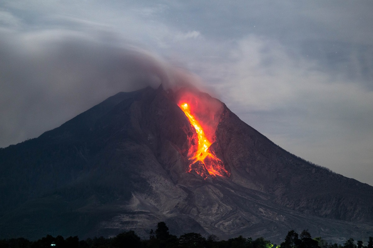 Active lava lobe and incandescent rockfalls at Sinabung in March 2015 (photo: Bastien Poux)