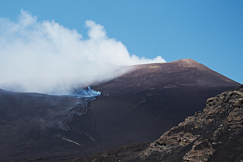 The new lava flows from the eastern base of Etna's NE crater on 6 July (photo: Emanuela / VolcanoDiscovery Italia)