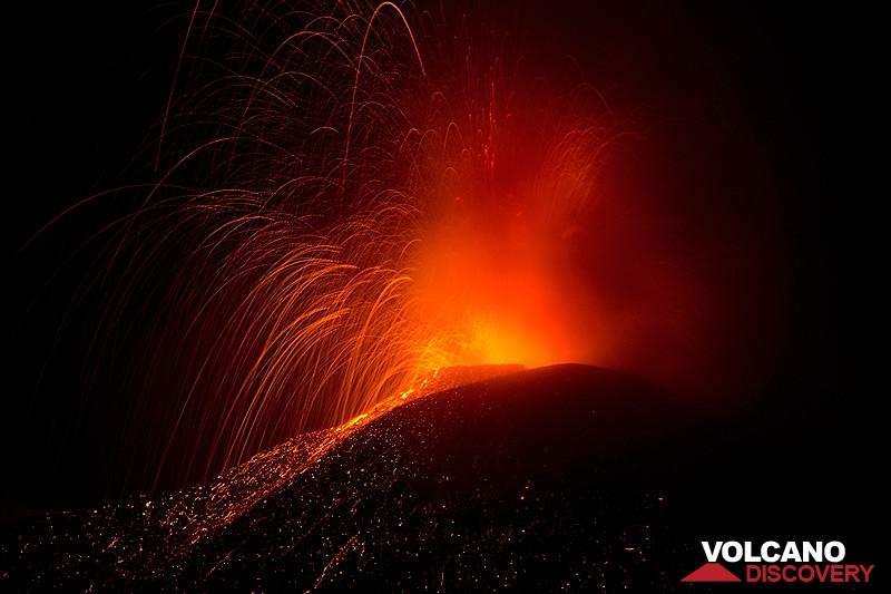 Krachtige explosie in Etna nieuwe SE krater op 11 Aug 2014 (foto: Emanuela / VolcanoDiscovery Italia)