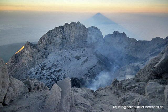 De top krater en lava koepel van Merapi bij zonsopgang (foto: Dietmar)