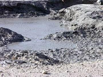 Activité de dégazage d'une mare de boue bouillonnante à l'intérieur du cratère Solfatara