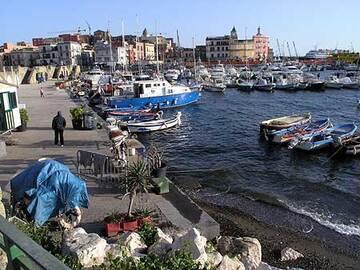 Le nouveau quai du port de Pozzuoli, construit à bas niveau après le récent soulèvement en 1982-1984