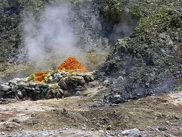 Solfatare chaude à l'intérieur du cratère.