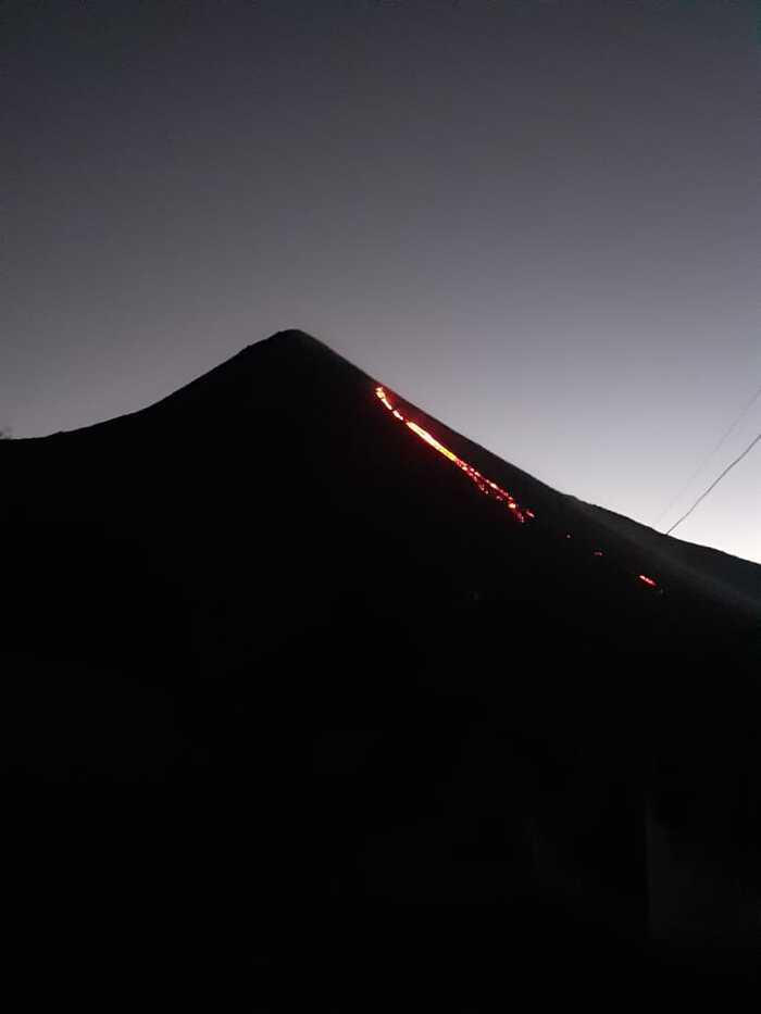 Emitting lava flow from Pacaya volcano (image: INSIVUMEH)