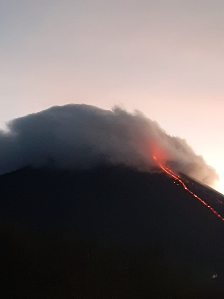 The lava flow continues to emit on the S-SW flank of the volcano (image: INSIVUMEH)