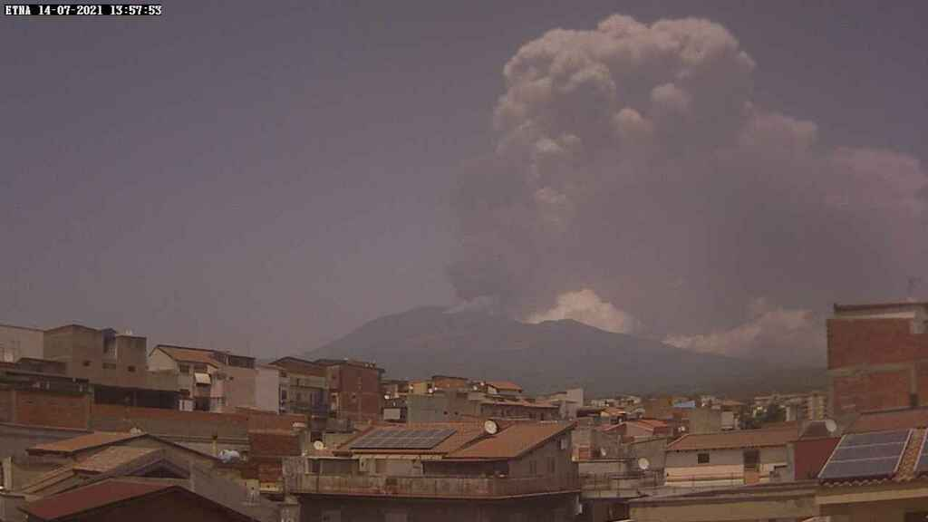 Eruption column during yesterday's paroxysm at Etna (image: Radio Touring webcam from SW side)