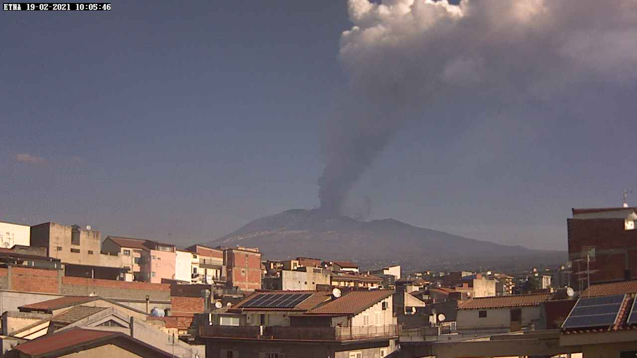 The eruption plume seen from the SW (RadioTouring webcam)