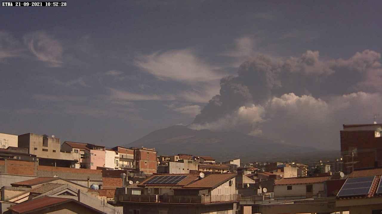 Ash column from Etna's paroxysm this morning (image: Radio touring webcam)
