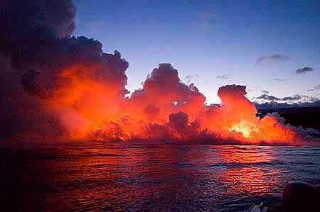 Lava, die sich ins Meer ergießt