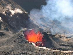 """The new cone that has formed in the SE area of Dolomieu crater (Photo published on Réunion's leading newspaper """"Le Journal de l'île de la Réunion"""" - www.clicanoo.com)"""