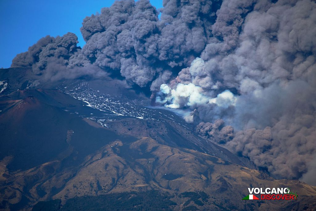 Ash emissions from Etna at the onset of the eruption (image: Emanuela Carone / VolcanoDiscovery Italia)
