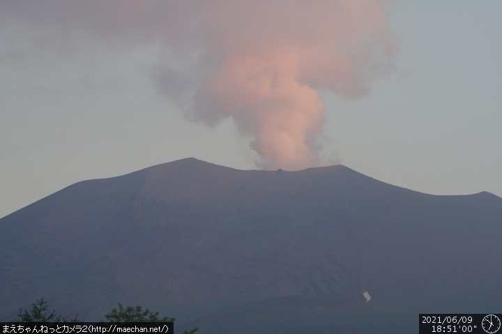 Ongoing gas and steam plume from Asama volcano today may indicate possible eruption (image: JMA)