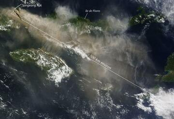 NASA satellite image of the ash plume and continuing ash emissions this morning (annotation: Culture Volcan)