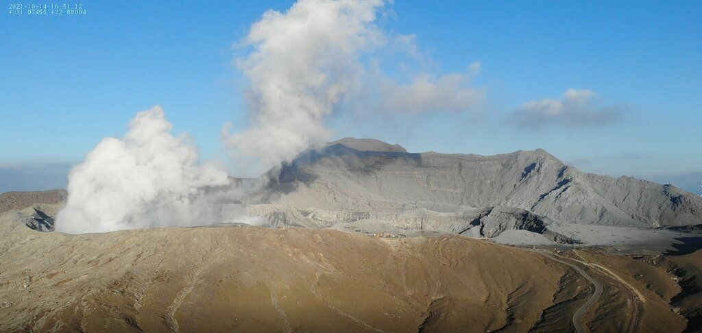Emissions from Aso volcano today (image: JMA)