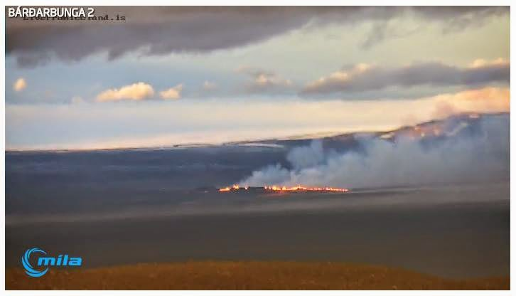View of the eruptive fissure this morning (Mila webcam 2)
