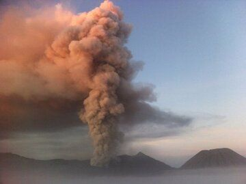 Ash emission from Bromo yesterday (image via jaime s. sincioco ‏@jaimessincioco / twitter)