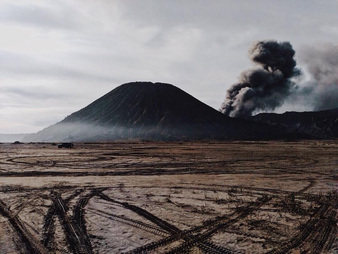 Ash emission from Bromo this morning (photo: xbeechunettex /Instagram)
