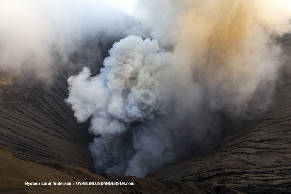 Ash emission from Bromo on 4 June (image: Øystein L. Andersen ‏@OysteinLAnderse / twitter)