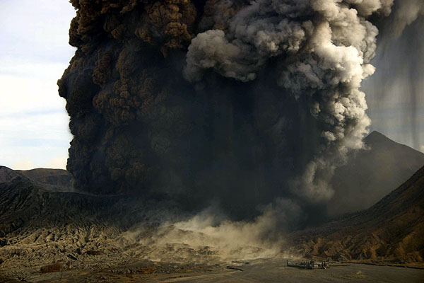 Eruption of Bromo on 8 June, 2004 (1).