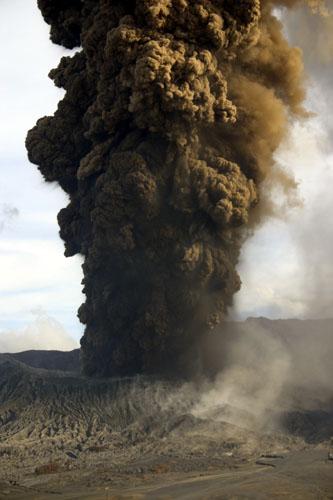 Eruption of Bromo on 8 June, 2004 (2).