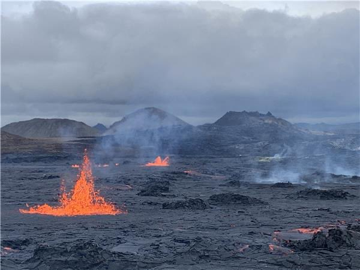 Fountaining continues at the lava field in Geldingadalir valley (image: @EIlyinskaya/twitter)
