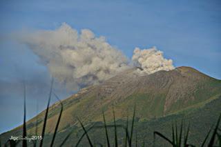 Ash emission from Canlaon volcano on 24 Nov 2015 (image: Jigz Santiago)