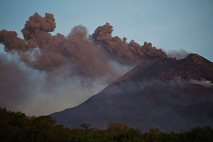 Ash plumes from the New SE crater this morning (photo: Emanuela / VolcanoDiscovery Italia)