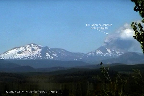 Ash emission from Nevados de Chillan volcano on 8 Jan (Sernageomin webcam, annotated by Culture Volcan)