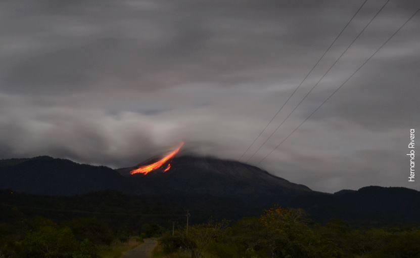 Colima volcano early on 15 Nov 2013 (Photo: Bullriv Colima Rivera via facebook)