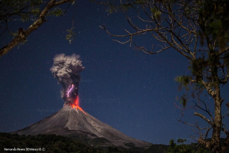 Eruption of Colima volcano yesterday night (photo: Hernando Rivera)
