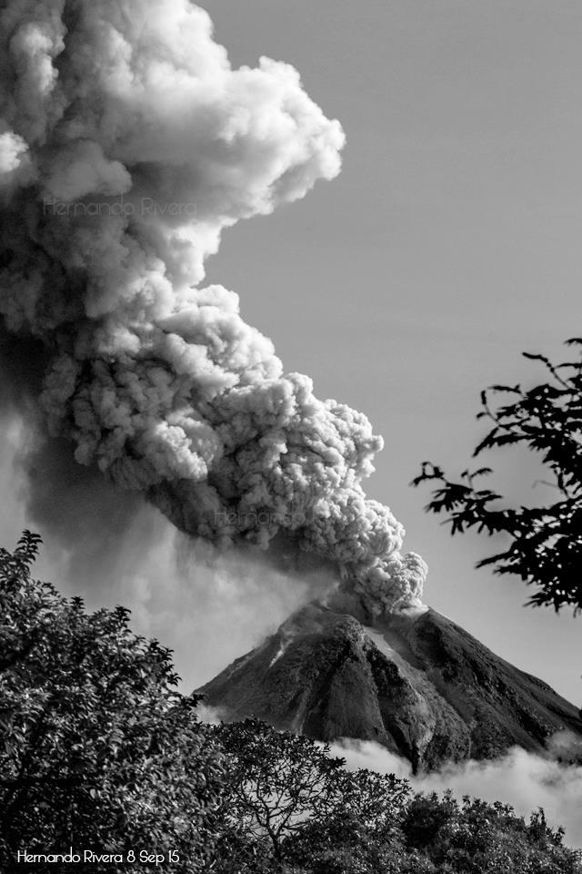 Explosion from Colima yesterday (photo: Hernando Rivera / facebook)