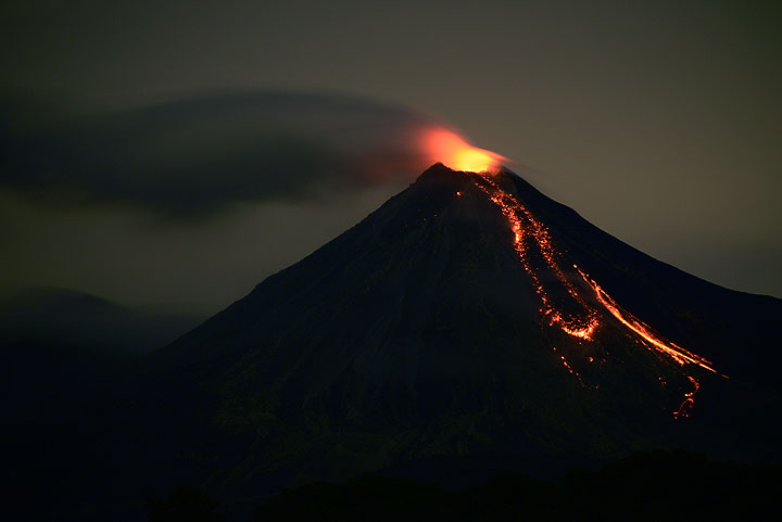 Colima last night with the active lava flow on the southern side