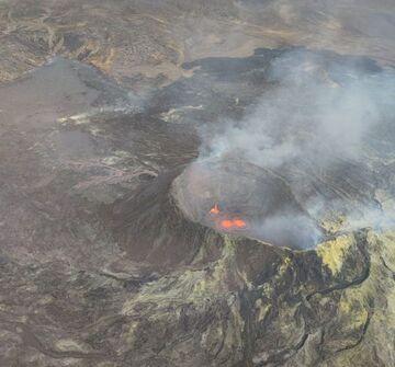 Lava flow returned to the main crater (image: @szharangi/twitter)