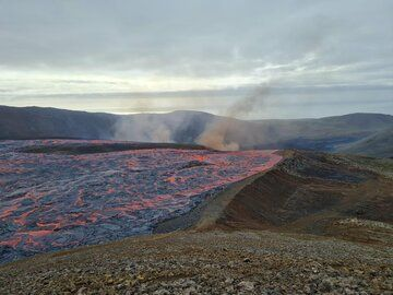 Lava flows just before the overtook the artificial dam (image: @EIlyinskaya/twitter)