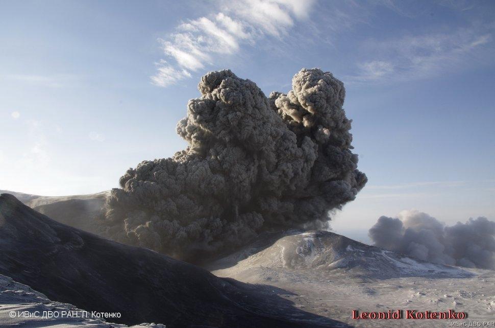 Ash emission from Ebeko on 10 Dec 2016 (image: L. Kotenko, IVS FEB RAS)