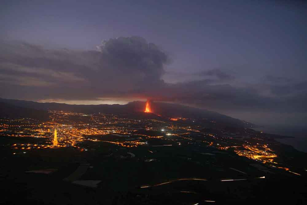 View over the area with the new vent near Tacande and the lava flow this morning (image: Martin Rietze / VolcanoDiscovery)