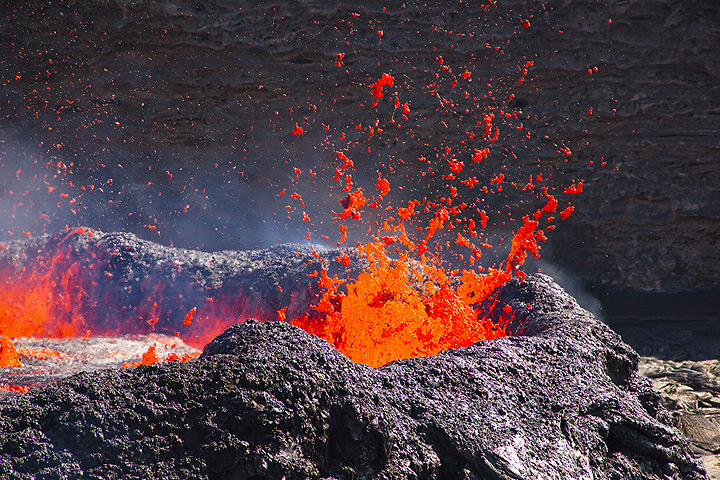 Magmatic gas escapes from the lava lake and creates spectacular fountains. The liquid lava is thrown many meters into the air, bursting into thousands of fragments. When liquid pieces are torn by the expanding escaping gas, lava is often torn into thin glassy threads, so-called Pele's hair.
