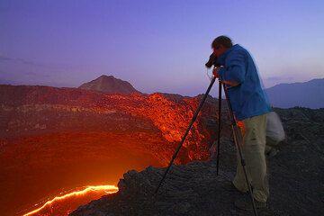 Frank am Arbeiten am Lavasee des Erta Ale Vulkans, Äthiopien