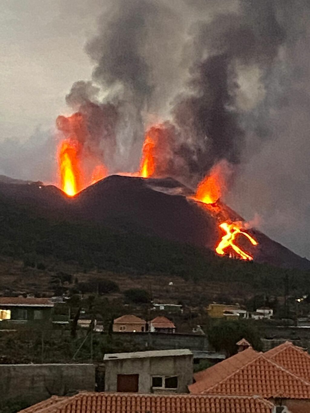 Activity at the vents last evening or early today (image: author unknown, via Volcanes de Canarias @VolcansCanarias / twitter)