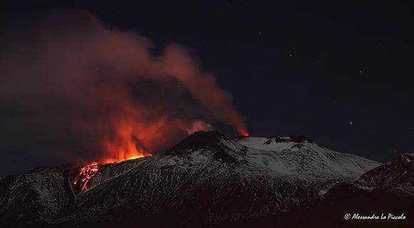 Etna's lava flows in the evening of 10 April (photo: Alessandro Lo Piccolo / facebook)
