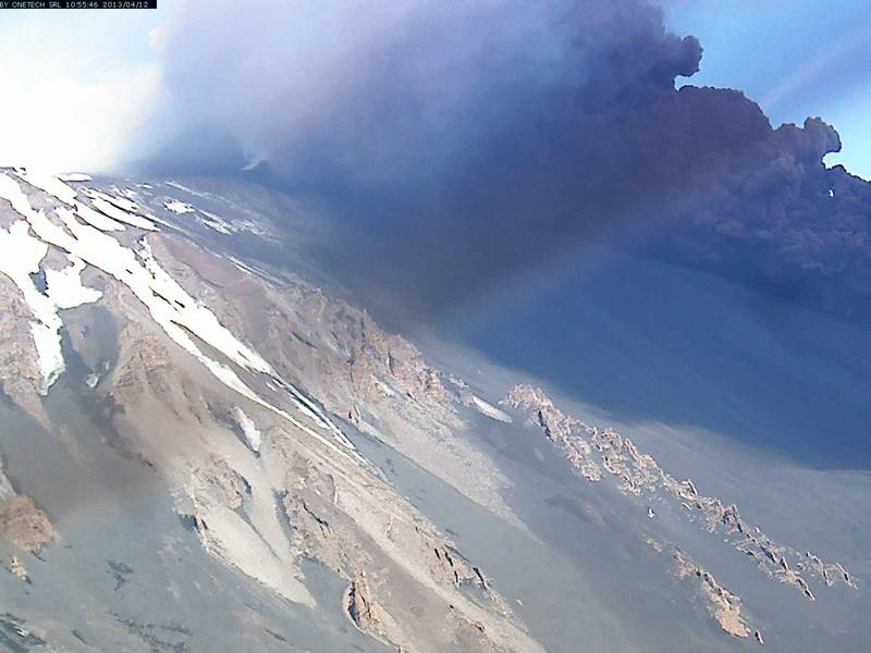 Etna-Trekking webcam image from Schiena dell'Asino showing a second pyrocalstic flow shortly after