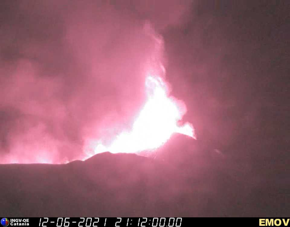 Lava fountain during Saturday night's paroxysm at Etna volcano (image: INGV thermal webcam)